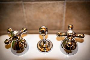 torneiras sanitárias de banheiro foto