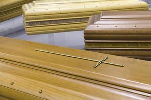 caixão funerário de madeira foto
