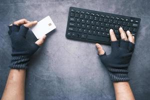 mão de hacker roubando dados de cartão de crédito foto