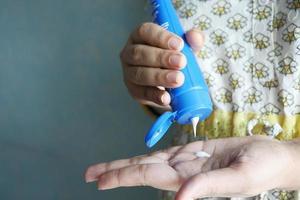 mulher aplicando creme de beleza na pele em casa, vista superior foto