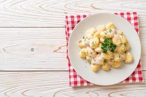 nhoque com molho de creme de cogumelos e queijo foto