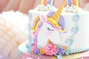 detalhes de um bolo de unicórnio - cobertura de unicórnio close up foto