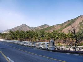 estrada de belas montanhas para o Parque Nacional seoroksan. Coreia do Sul perto da cidade de Sokcho foto
