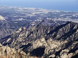 excelente vista para belas montanhas do pico mais alto do parque nacional de seoraksan. Coreia do Sul foto
