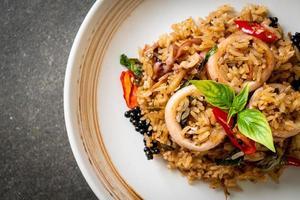 manjericão e ervas picantes arroz frito com lula ou polvo foto