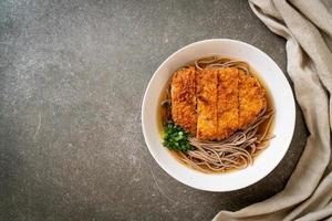 macarrão soba ramen com costeleta de porco frita japonesa foto