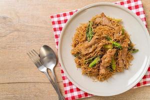 Misture macarrão de aletria de arroz frito com molho de soja preto e carne de porco foto