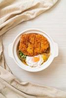 Costeleta de porco frita japonesa com sopa de cebola e ovo foto