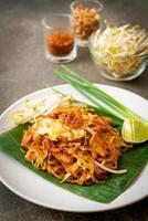 pad thai - macarrão de arroz frito foto