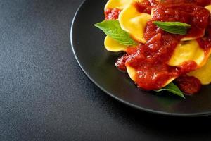 ravioli com molho de tomate e manjericão foto