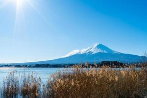 montanha Fuji com lago kawaguchiko e céu azul foto