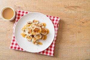 banana grelhada com molho de caramelo foto