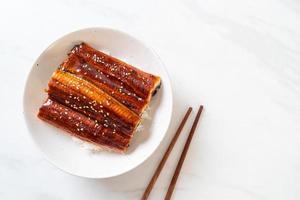 enguia japonesa grelhada com tigela de arroz ou unagi don foto