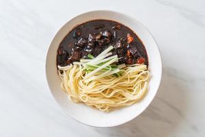 jajangmyeon ou jjajangmyeon é macarrão coreano com molho preto foto