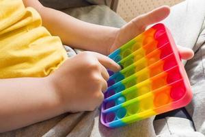 colorido anti-stress sensorial fidget push pop it nas mãos das crianças foto