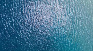 vista aérea superior da superfície azul do oceano foto