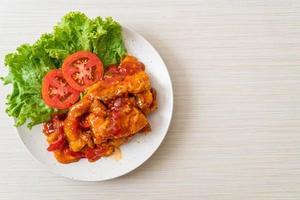 Peixe frito coberto com molho de pimenta de 3 sabores foto