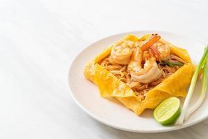 macarrão tailandês frito com camarão e embrulho de ovo foto