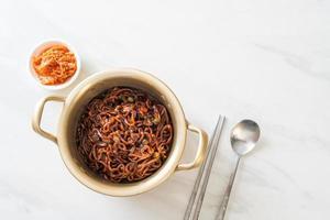 espaguete preto coreano ou macarrão instantâneo com molho de chajung assado foto