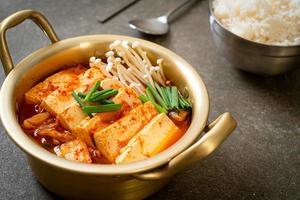 sopa kimchi com tofu macio ou guisado kimchi coreano foto