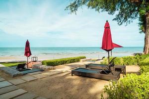 guarda-chuva e cadeira com vista para o mar em hotel resort foto
