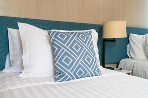travesseiro na cama decoração interior do quarto foto