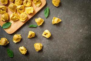 macarrão tortellini tradicional italiano foto
