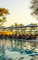 guarda-sol e cama ao redor da piscina externa em hotel resort para viagens de férias foto