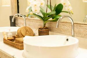 torneira de água no banheiro foto