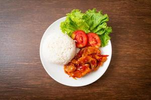 Peixe frito com molho de pimenta 3 sabores com arroz foto