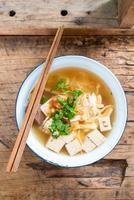 sopa de macarrão vietnamita de arroz com porco e frango foto