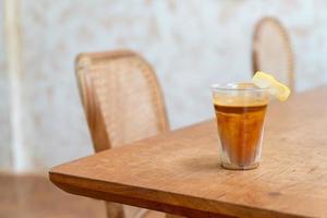 menu de café especial denominado 'café sujo'. leite frio no fundo com café expresso quente no topo foto