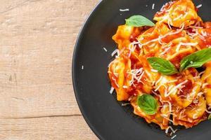 macarrão tortellini italiano com molho de tomate foto