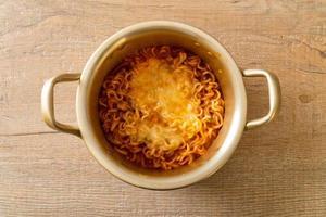 macarrão instantâneo picante coreano com queijo foto