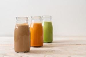 chá com leite tailandês, chá verde matcha com leite e café em garrafa foto