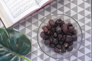 livro sagrado Alcorão e Rosário na mesa, close-up foto