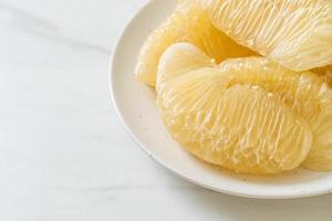 pomelo fresco descascado, grapefruit ou shaddock foto