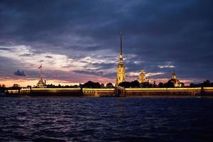 São Petersburgo, Rússia. Fortaleza de Peter e Paul à noite foto