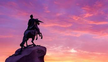 São Petersburgo, Rússia. o monumento do cavaleiro de bronze ao pôr do sol foto