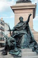 estátua com leão e mulher em veneza, itália foto