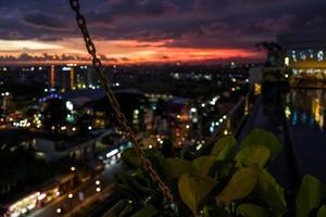 vista sobre yogyakarta ao pôr do sol foto