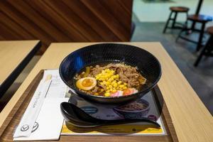 macarrão ramen japonês com ovo foto
