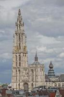 paisagem urbana e uma catedral de Nossa Senhora em Antuérpia, Bélgica foto