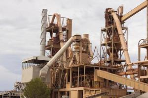 antiga fábrica de cimento, fechada e abandonada. foto