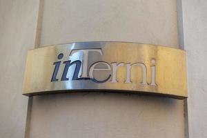 placa de metal indicando a cidade de Terni foto