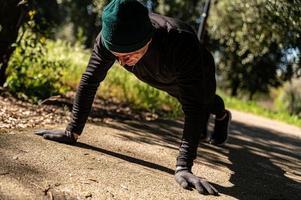 ragzzo faz atividade física no parque foto