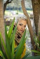 retrato de menina loira de cabelo curto entre a natureza foto
