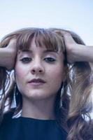 retrato de uma menina segurando o cabelo foto