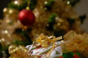 pilhas de presentes de natal debaixo de uma árvore de natal foto