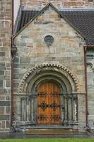 detalhe da porta da igreja de st marys em sandviken, bergen, noruega foto